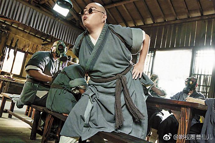 郝劭文為新版《新烏龍院》再度穿上僧袍戴墨鏡,搞笑功力不減。(翻攝自影視圈曹仙兒微博)