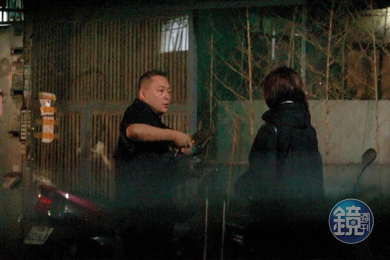 郭宗坤(左)在面對本刊查證時聲稱是躲在樓梯間哭,但本刊明明拍到他進去時毫無低落異樣。