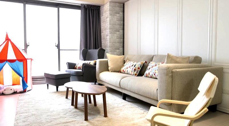 55坪新家有著寬敝客廳,生性有潔癖的郭彥均訂下禁食規定,就怕一不小心弄髒地毯。(郭彥均提供)