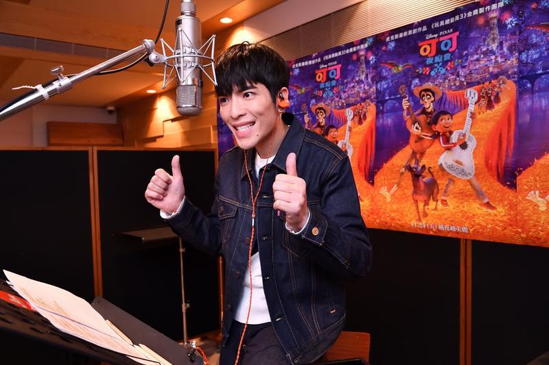蕭敬騰受邀為皮克斯動畫電影《可可夜總會》配音並獻唱,他配音時的表情趣緻滑稽,有夠投入。(迪士尼提供)