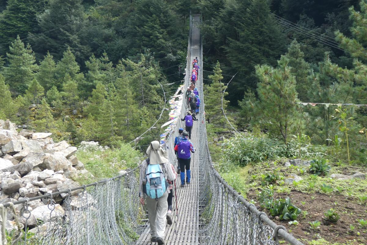 搖搖晃晃的吊橋很穩固。