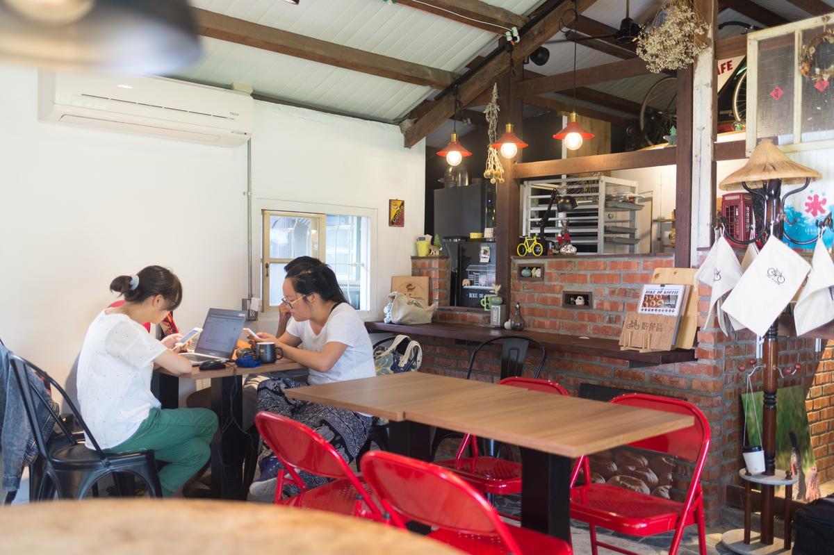 屋內築砌古樸的紅磚吧檯,和老屋沒有違和感。