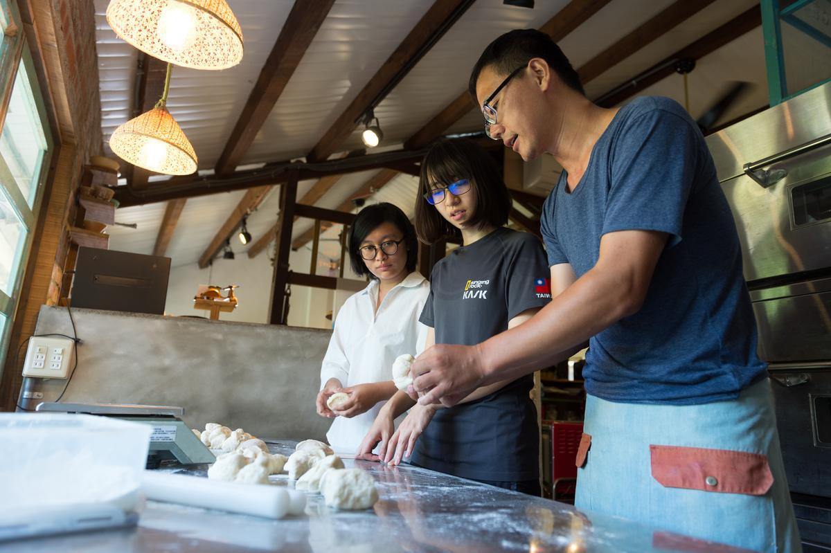 阿洋帶著旅人體驗米貝果DIY,以一半米、一半小麥揉製麵糰。