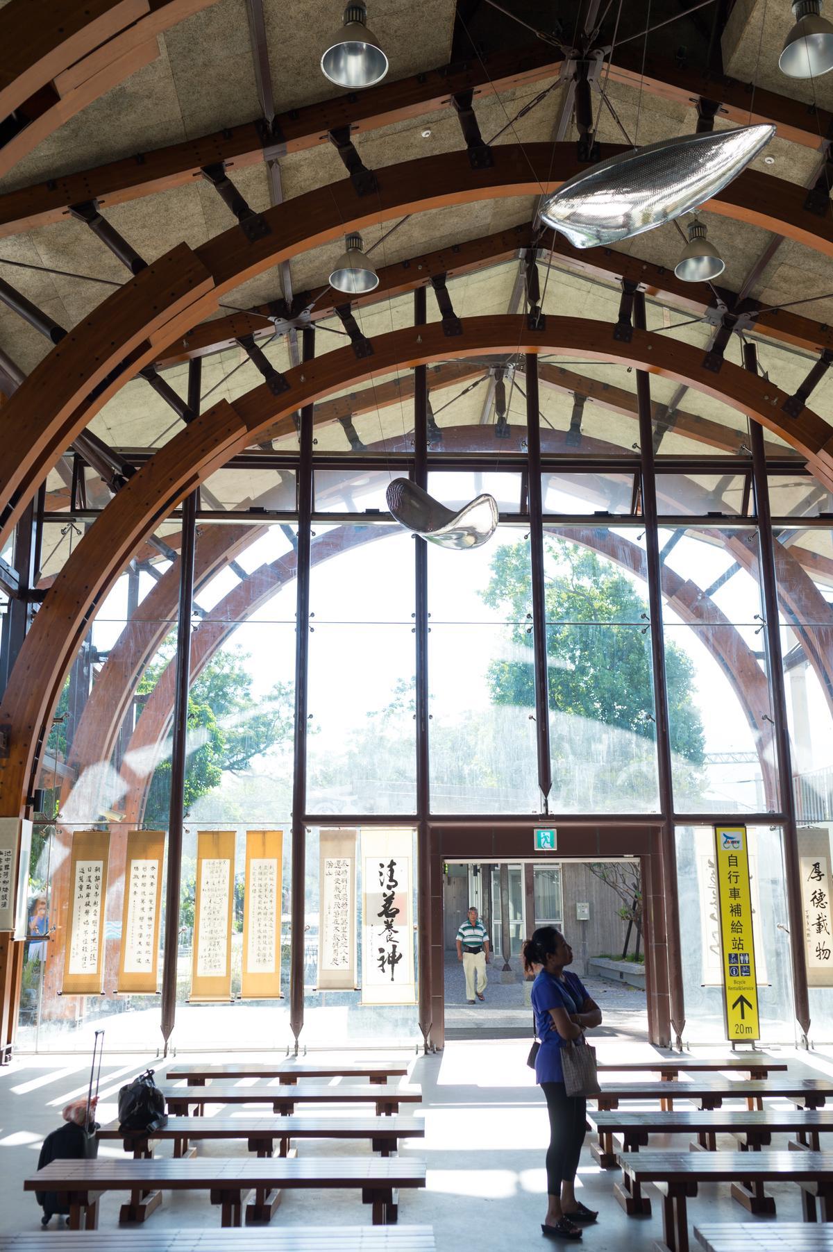 池上車站以當代穀倉為意象,空間散落藝術作品。