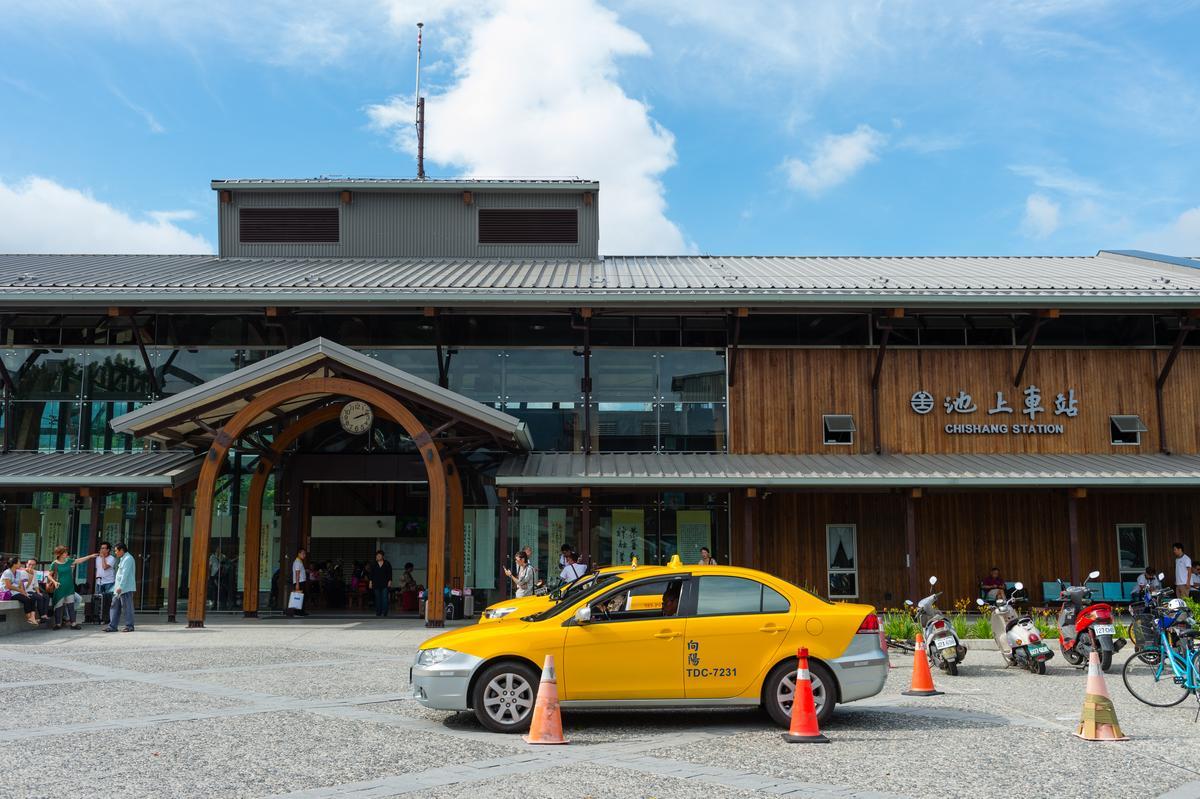 車站本身為綠建築,採大面玻璃窗、通風設計。
