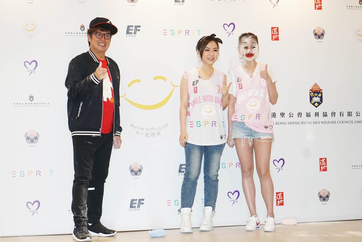 鄧紫棋與何超蓮現身香港銅鑼灣街頭玩遊戲,為需要幫助的學童募款行善。(蜂鳥音樂提供)