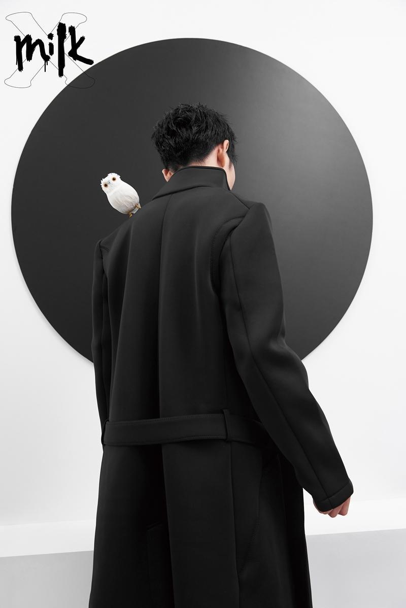 除了挑戰女裝,蕭敬騰也穿著黑衣入鏡,一身俐落很有型。(《MilkX》提供)
