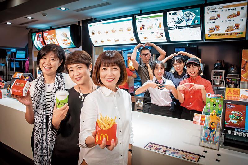 麥當勞穩居台灣速食界龍頭30多年,台灣麥當勞3位副總裁林麗文(左起)、藍郁琇、寇碧茹難得接受訪問,並與門市夥伴合影。