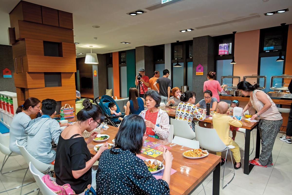 麥當勞叔叔之家每週三都會有愛心主廚前來為病童和家屬料理晚餐。