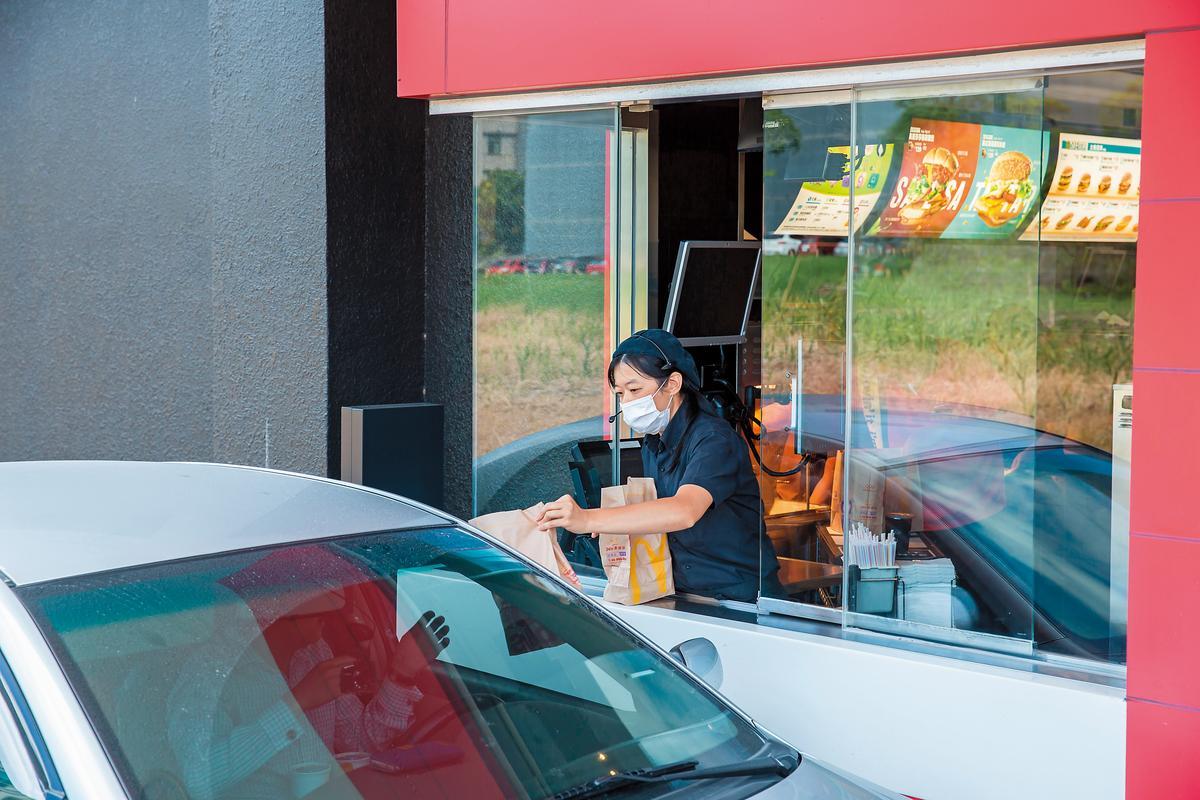 在所有工作站中,得來速因為需要快速供餐,反應和動作必須很快。