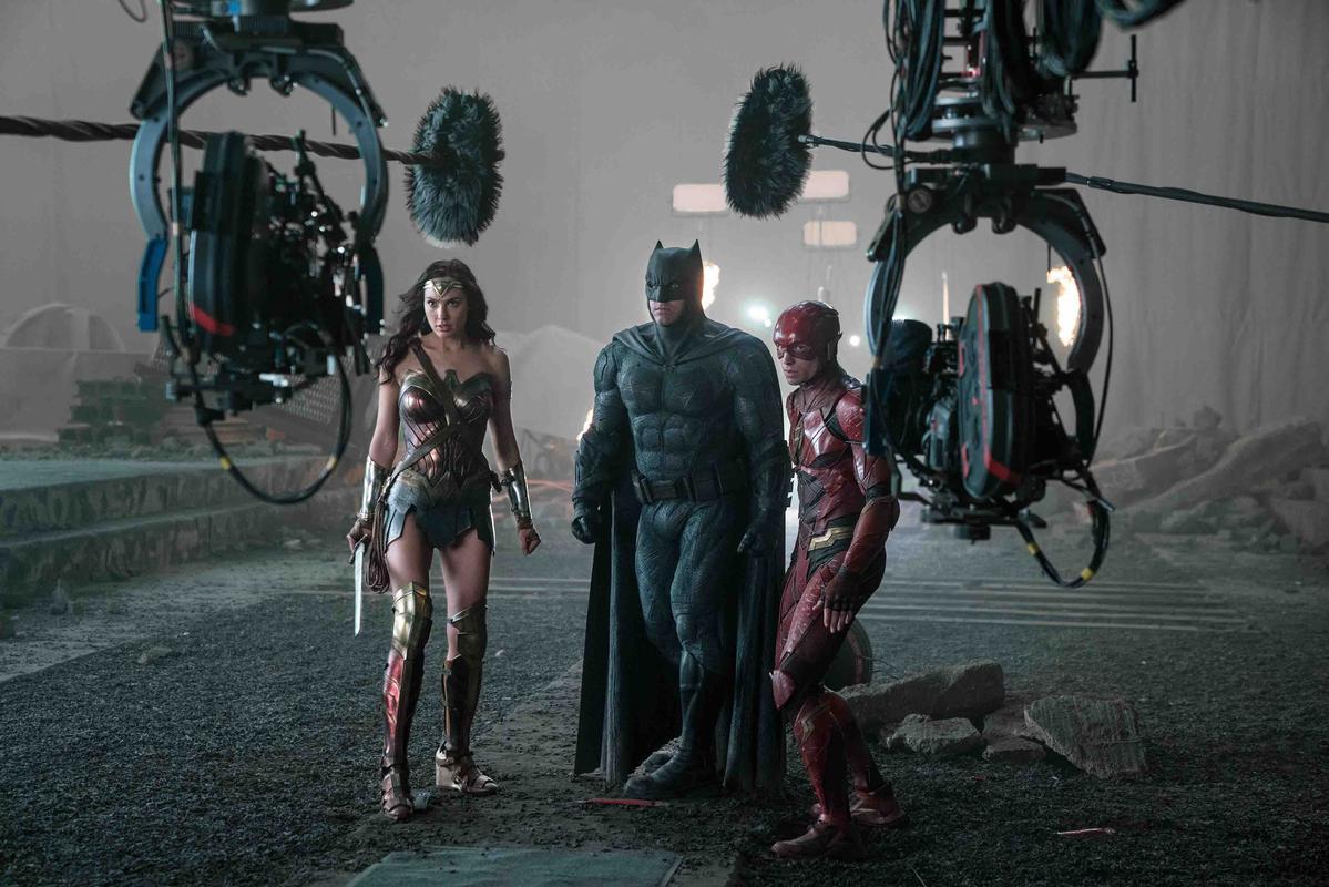 伊薩米勒在拍戲時,都偷偷覬覦其他超級英雄的道具。(華納兄弟)