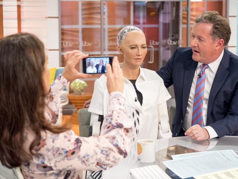 蘇菲亞機器人上電視節目接受主持人訪問。(東方IC)