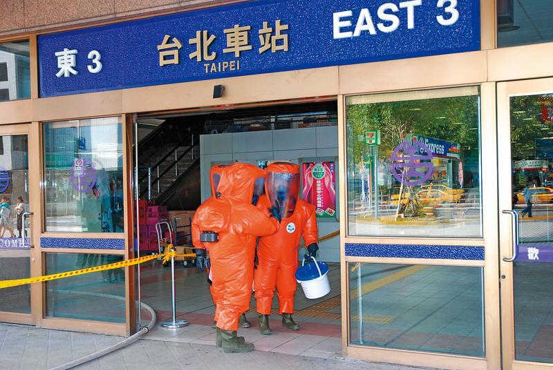 國防部與疾病管制局模擬因應台北火車站遭到生物恐怖攻擊。(讀者提供)