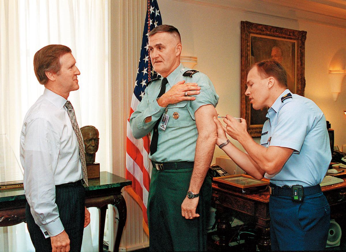 美國前三軍總參謀長Shelton將軍(中)配合國家政策,接受注射炭疽疫苗。(翻攝自網路)
