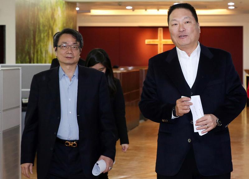 張高祥找好友林文淵擔任說客,成功說服王令麟(右),使東森交易案終順利簽約。