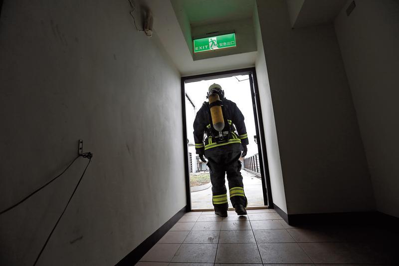 消防員的裝備重達40公斤,每次出勤更是以命拚搏。