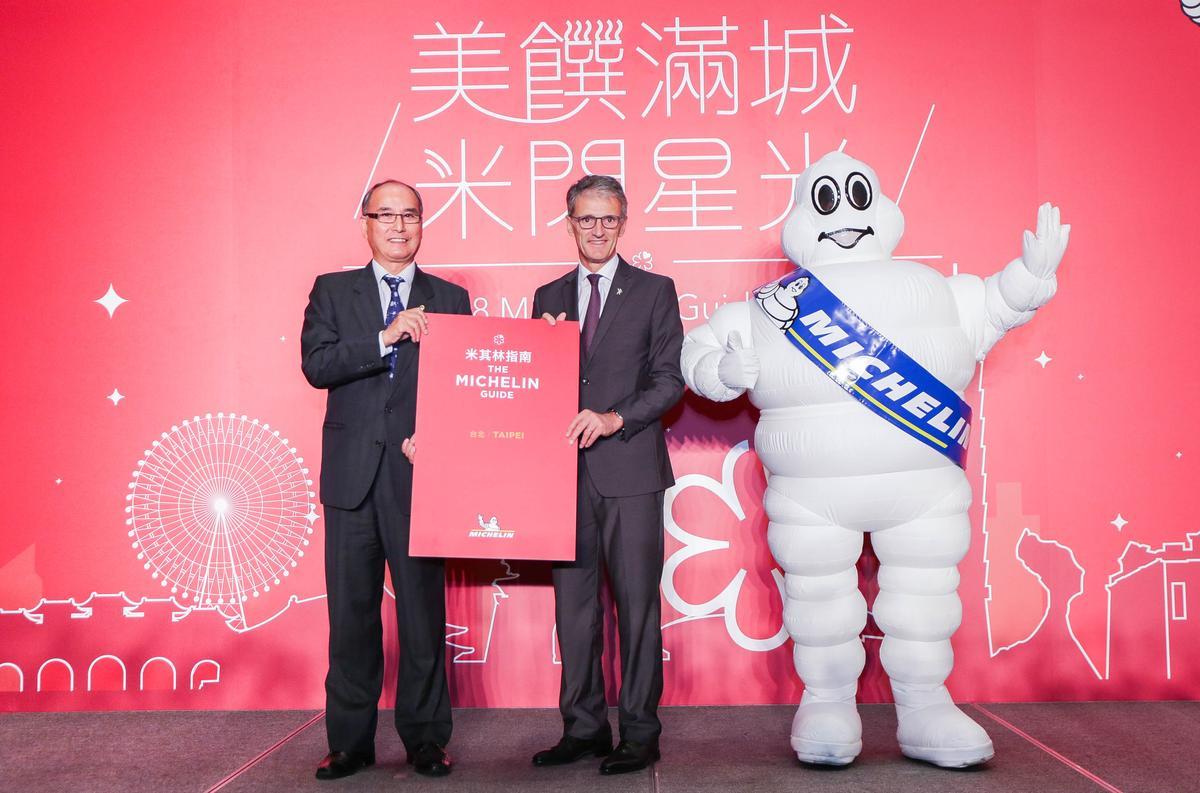 米其林區域總裁方諾德(中)及交通部觀光局主任秘書林坤源(左)11月6日宣布台北米其林指南將在2018年第一季出版 。 (圖:台灣米其林提供)