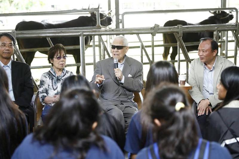 前總統李登輝連續二天探視兆豐農場的台灣和牛「源興牛」,農委會主委林聰賢(右1)也首次前往現場。(翻攝李登輝臉書)