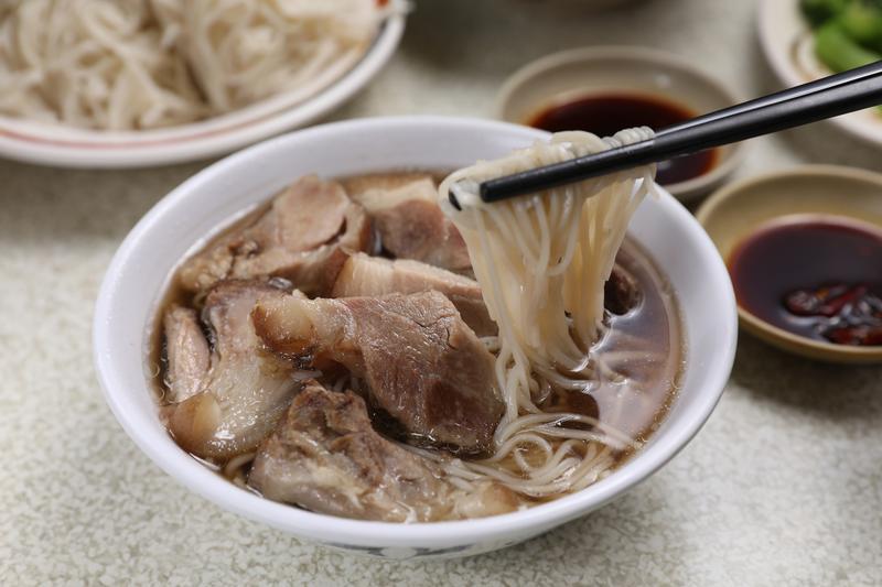 「豬腳麵線」很有飽足感,肉塊蘸著生辣椒醬油別有風味。(75元/碗)