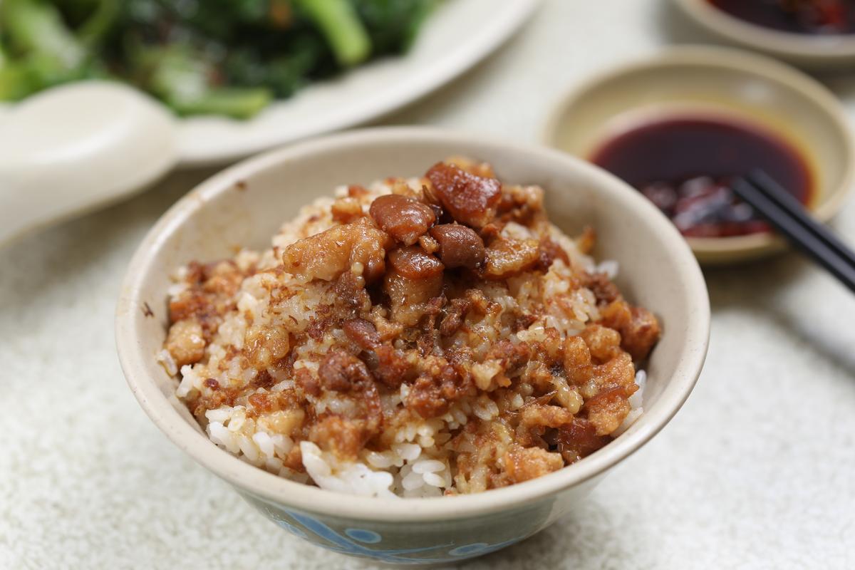 「魯肉飯」腴美黏嘴,巷子內的都點它配豬腳湯。(25元/碗)