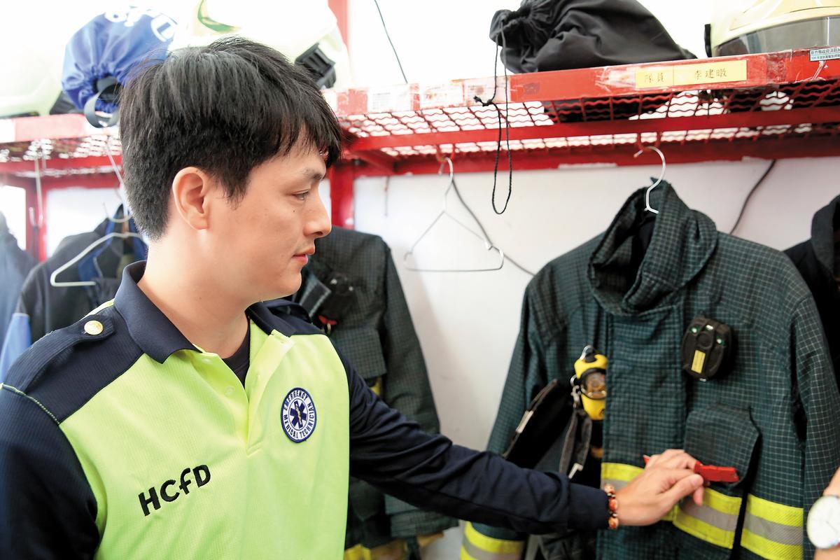 一旦消防員30秒沒有移動,救命器便會發生尖銳聲響,但在上月27日的現場救災人員卻沒人聽到,讓林永軒的同事相當自責。