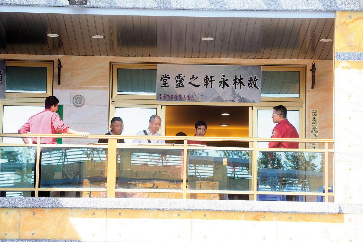 林永軒父親(左3)強打精神處理愛子後事,消防弟兄也前來送這位年輕學弟最後一程。