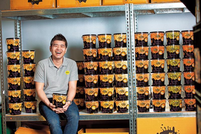 李佳祐7年前辭去百萬年薪工程師職務,借工寮創業研發爆米花,闖出2.3億元年營業額。