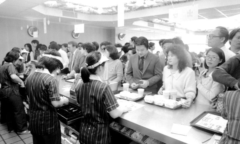 台灣第一家麥當勞開幕後的二個月,門市擠滿排隊的購買人潮。(聯合報系提供)