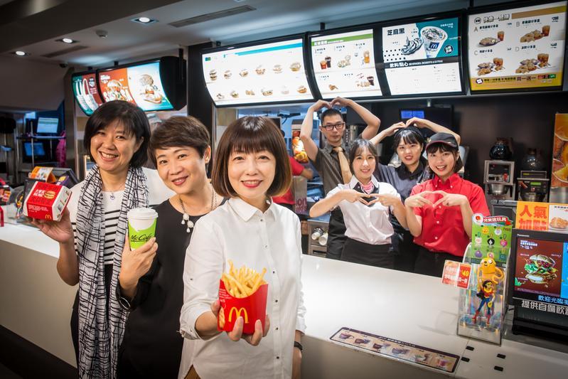 麥當勞穩居台灣速食界龍頭30多年,台灣麥當勞三位副總裁林麗文(左起)、藍郁琇、寇碧茹難得接受訪問,並與門市夥伴合影。