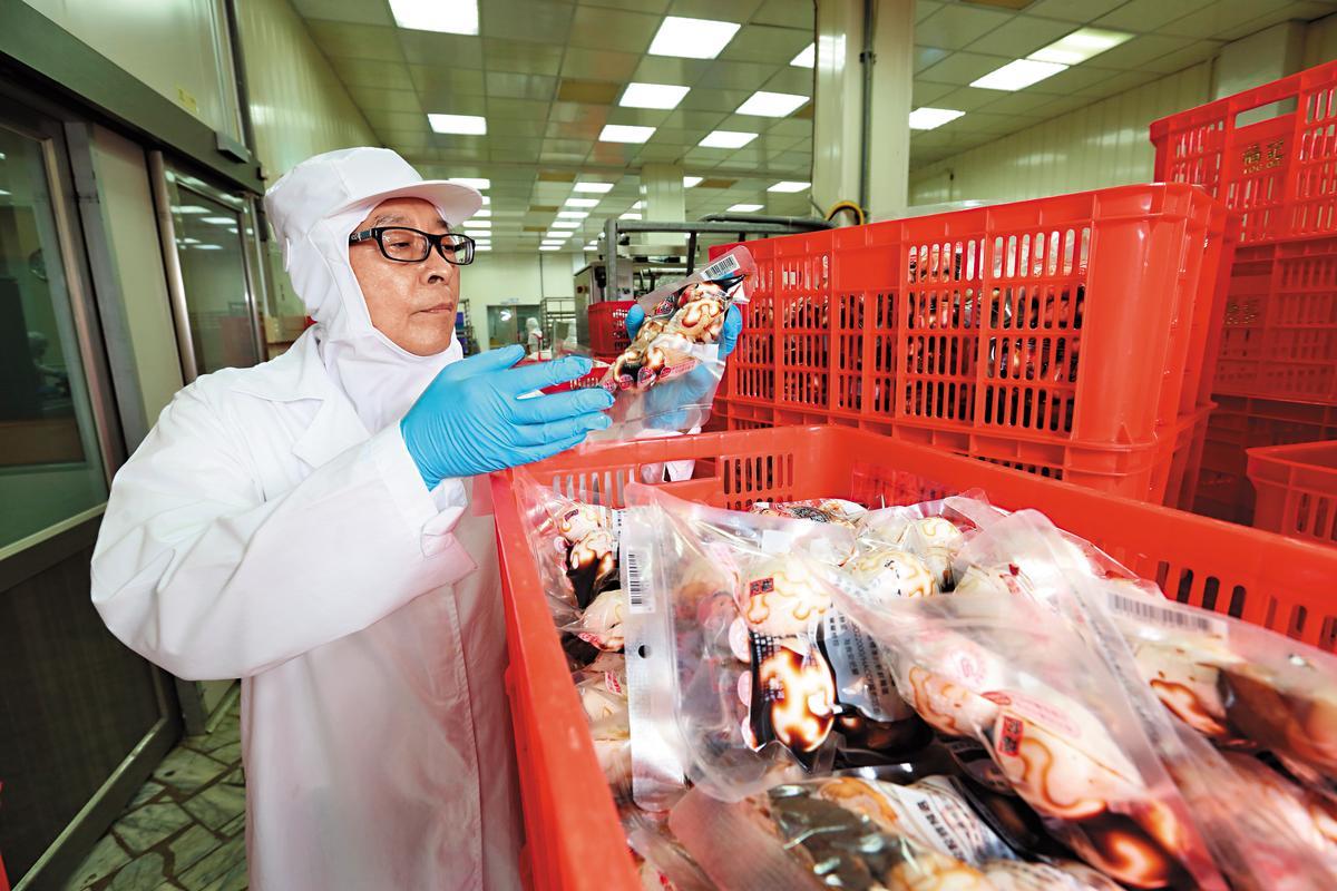 王榮得對於製程衛生相當要求,進出工廠都是全副武裝。