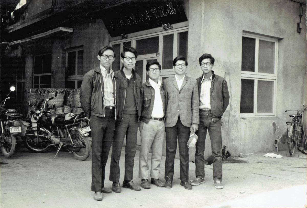 1976年王榮得在製冰冷凍廠和朋友合影,當時工廠仍由父親主導。(福記提供)