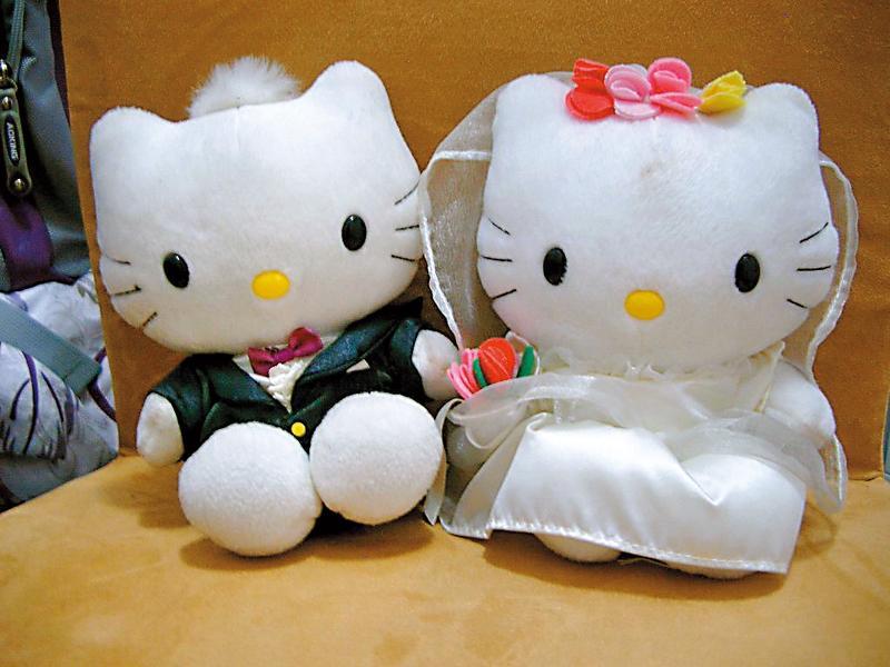 Hello Kitty或Dear Daniel組成的「戀愛麥語」玩偶曾造成搶購風潮。(翻攝自網路)