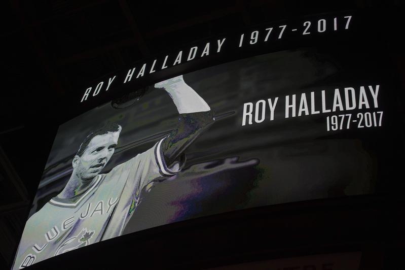 2017年11月7日,NBA多倫多暴龍隊主場大螢幕在賽前為飛機失事的前大聯盟名投哈勒戴致哀。(東方IC)