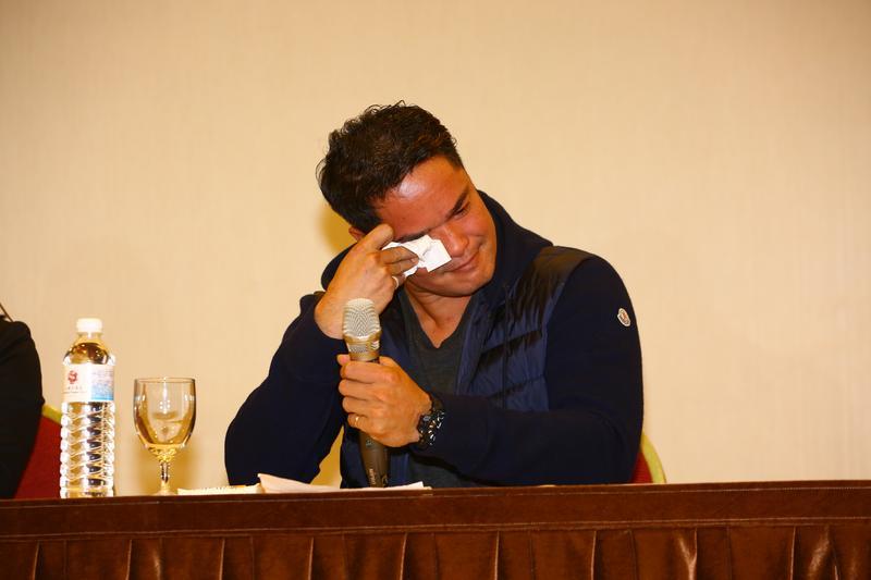 林智勝開記者會回應媒體報導內容,講到激動處聲淚俱下。