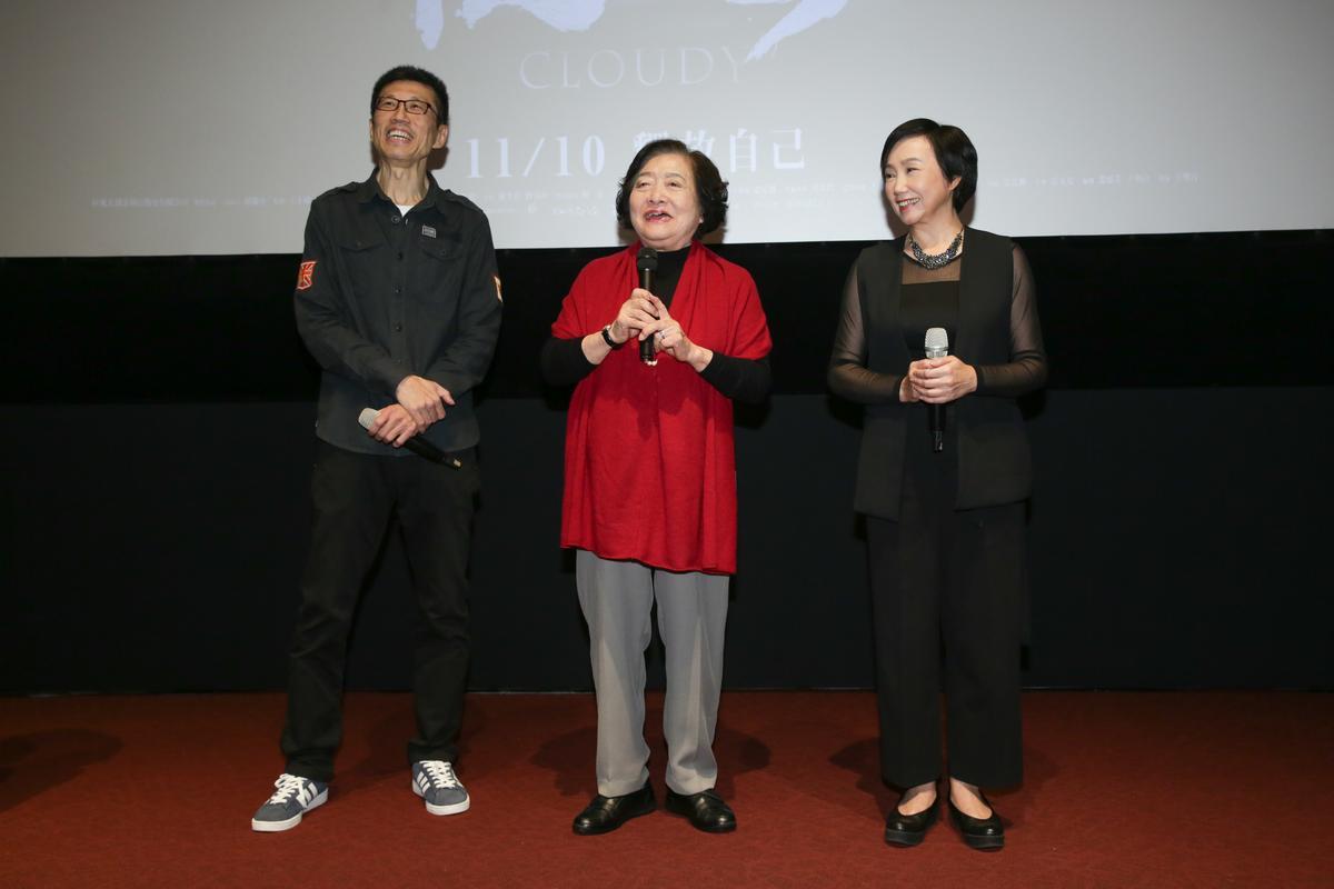 導演王明台(左)與兩位女主角劉引商(中)、陳季霞(右)一起出席《順雲》首映。