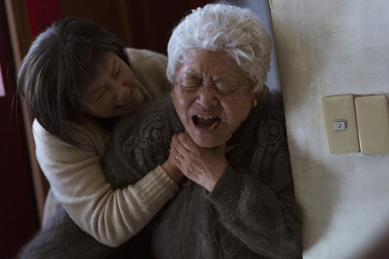 陳季霞大嘆拍片時壓力超大,一場她與劉引商的掐脖戲,她幾乎氣到真的想掐死對方,拍攝時竟然來真的。(穀得提供)