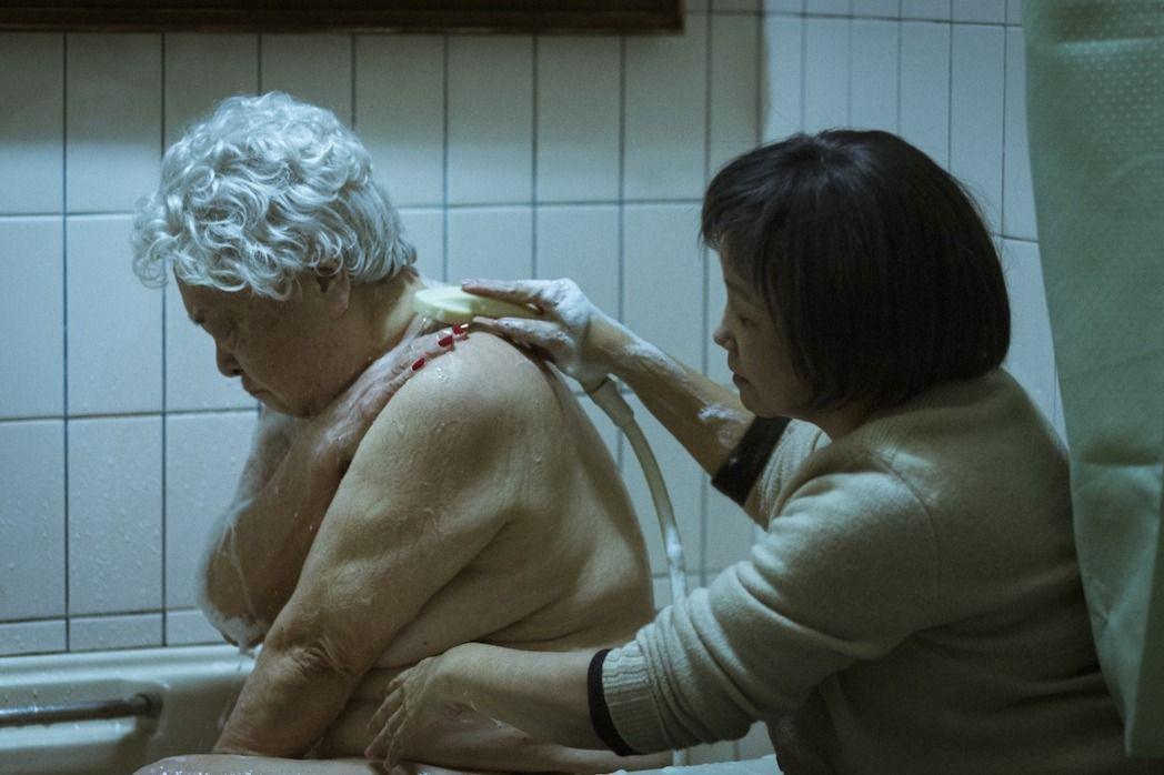 80歲的劉引商也獻出演藝生涯首次的全裸演出,令陳季霞大為佩服她的勇敢突破。(高雄電影節提供)