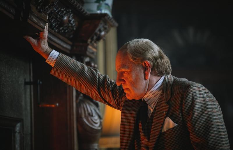凱文史貝西化了老妝,在《金錢世界》飾演石油大亨尚保羅蓋提,但現在戲份全部都被刪除,廢棄不用。(威望國際)