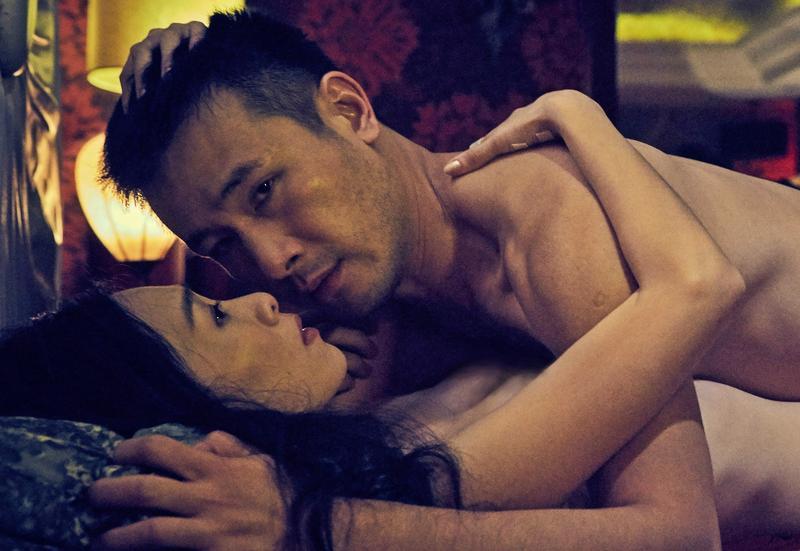 傅子純跟吳可熙拍激情戲,但當天是小年夜,汽車旅館外頭其實生意興隆。(双喜電影)