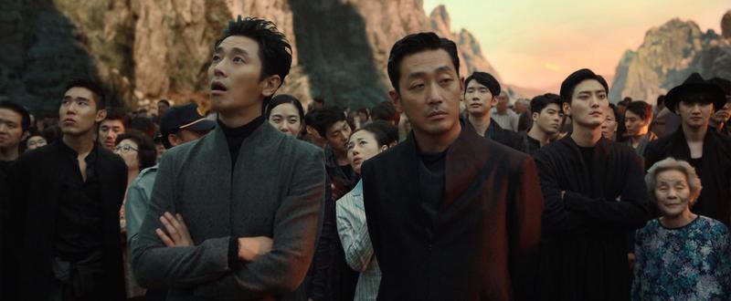 河正宇(右)與朱智勳(左)扮演陰間使者,跳脫傳統牛頭馬面的刻版印象。(采昌國際)