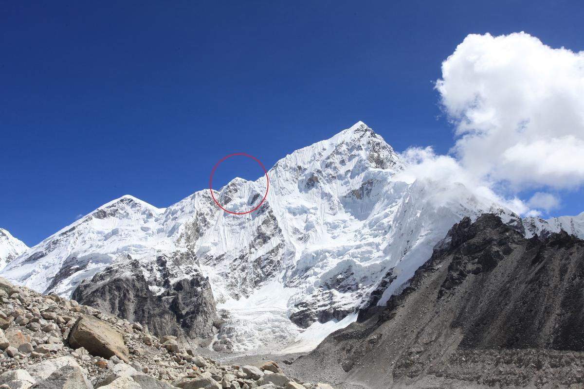 即使沒登上Kala Pathar,接近Gorak Shep聚落時,也能遠遠望見聖母峰(紅圈處)。