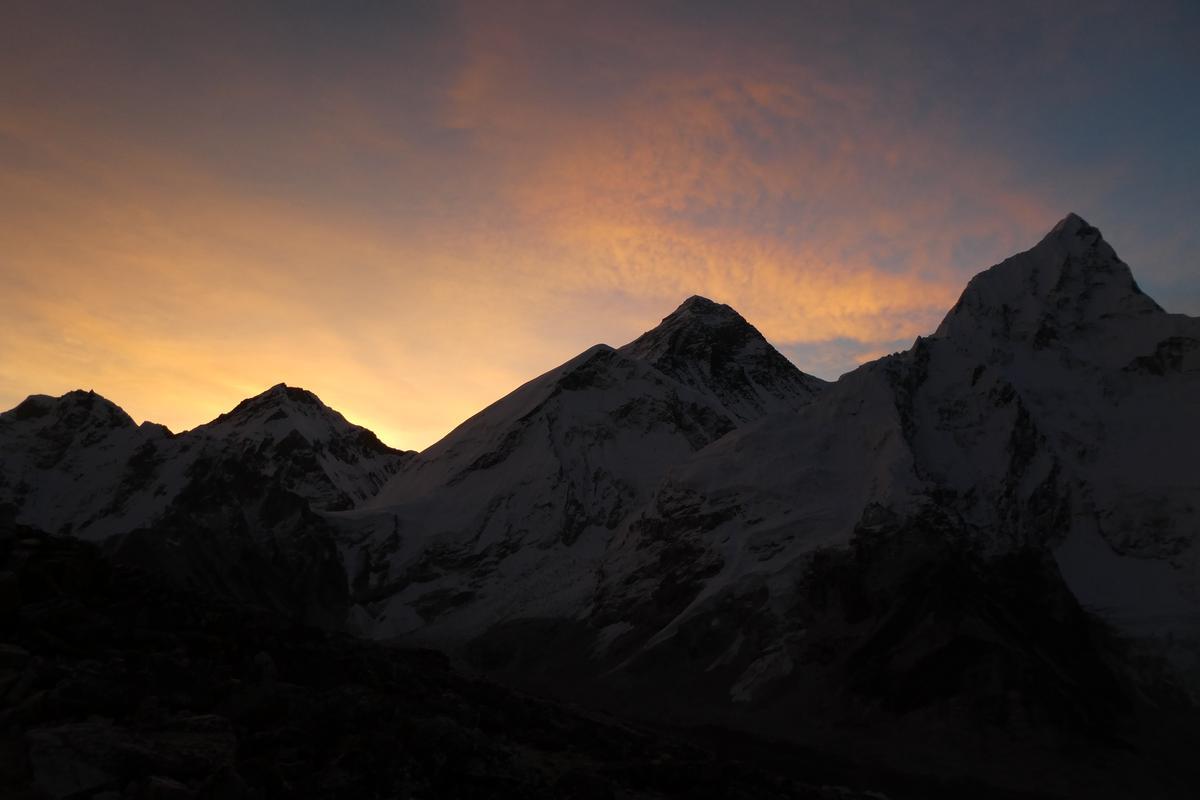 太陽光線緩緩在聖母峰後升起。