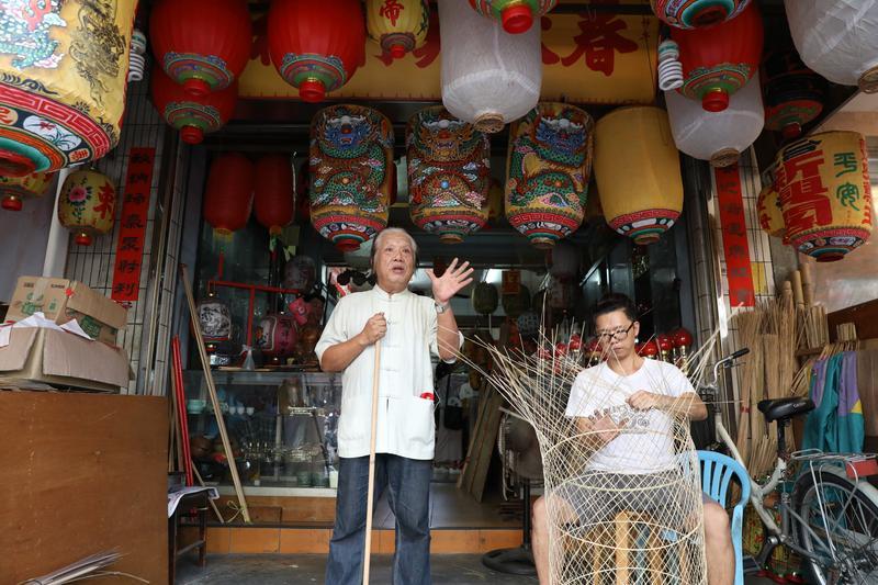 找遍台灣也難尋的手製燈籠美術社,在彰化市區有一間。