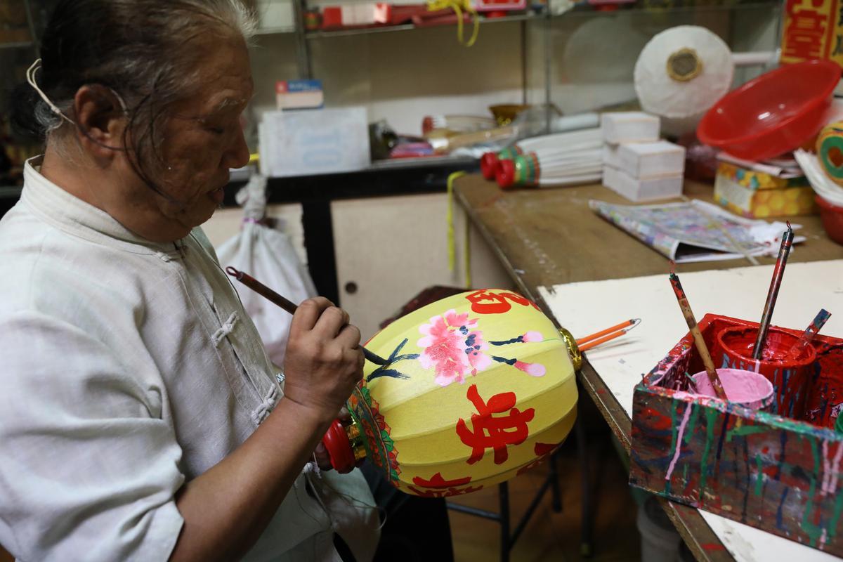 唐秋水親手繪製燈籠,只消幾分鐘就完成。