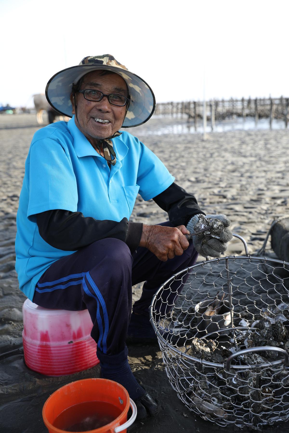 在海裡剖蚵給旅客,也是李福相的工作。
