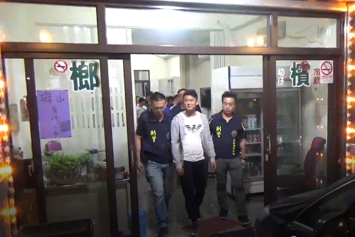 黃姓嫌犯將賭博機房藏在檳榔攤,企圖掩人耳目。(刑事局提供)