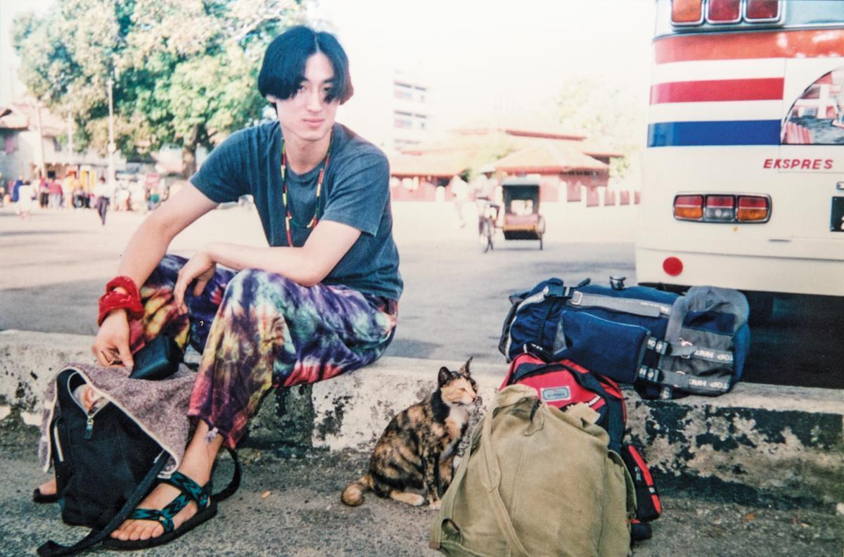 大學階段的東山彰良,非常不喜歡念書,經常跑去東南亞當背包客。(東山彰良提供)