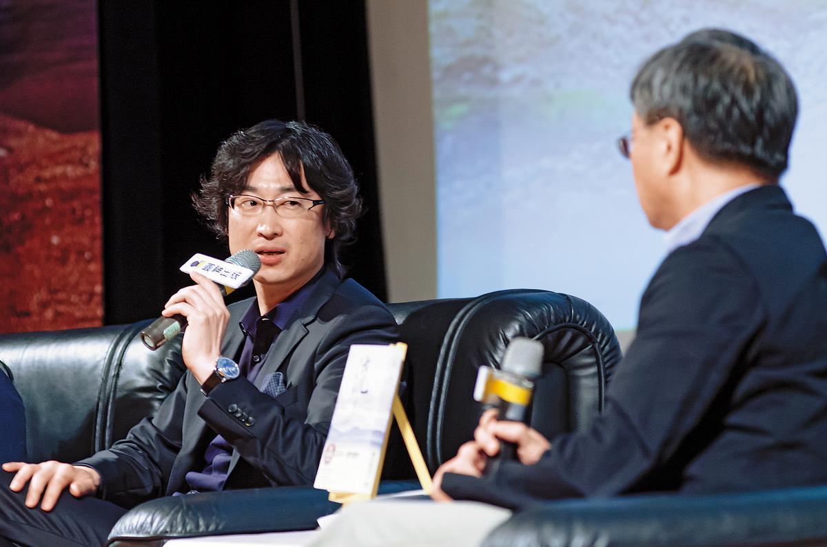 2016年6月,東山彰良(左)回台北舉辦小說《流》的簽書演講會,跟作家小野(右)一起對談。(圓神出版社提供)