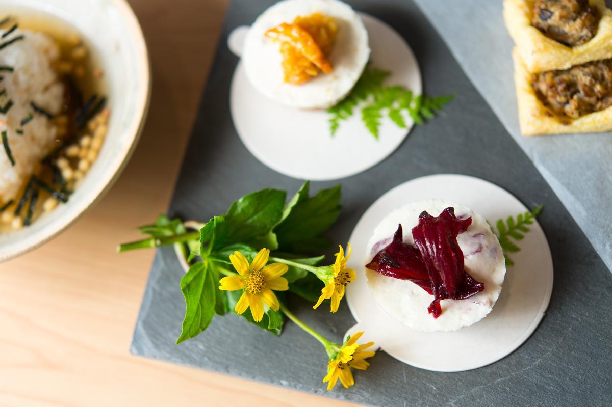 由主人家精緻手作甜鹹小點,不只擺盤美麗也美味。