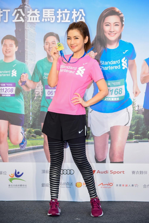 Selina 大讚Joma首款曲線賽衣修飾身材,並展示「2018臺北渣打馬拉松」完賽獎牌